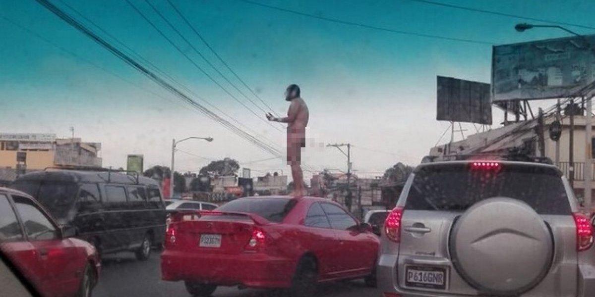 Hombre se desnudo encima de su carro para protestas por el trancón en el que iba