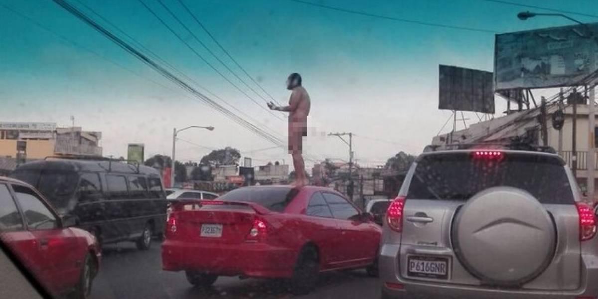 La foto de un hombre desnudo en protesta del tráfico que causa revuelo