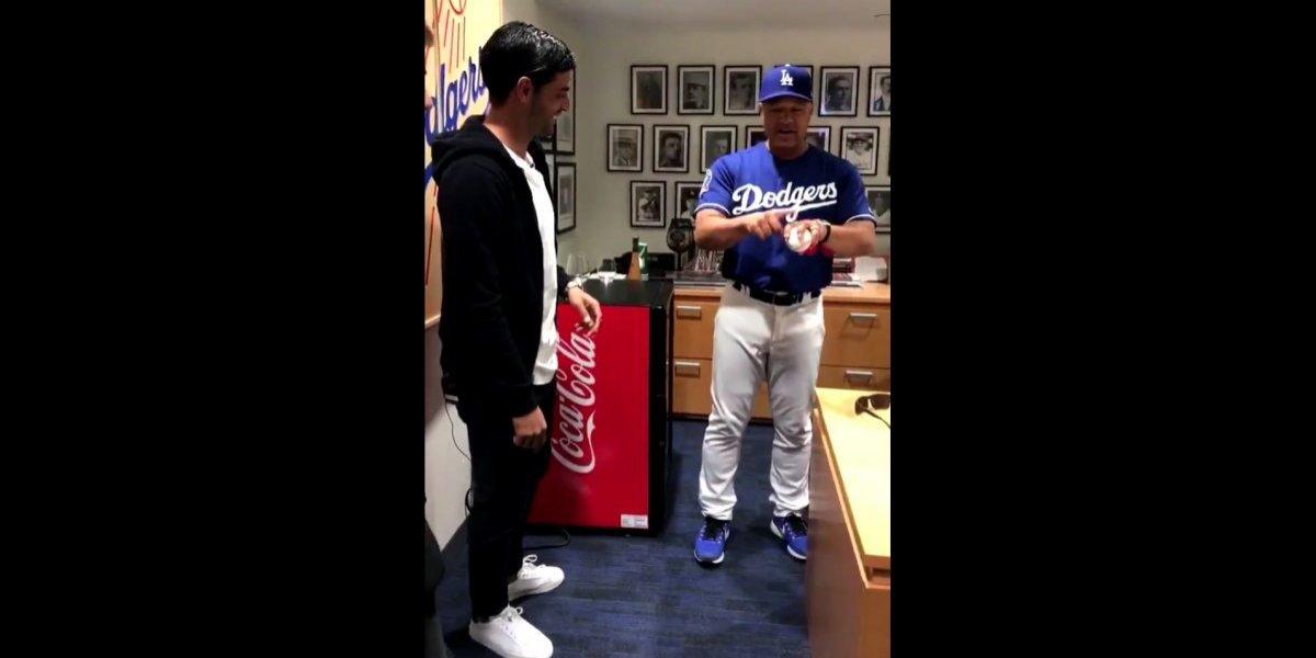 Carlos Vela realiza el primer lanzamiento en juego entre Dodgers y Marlines