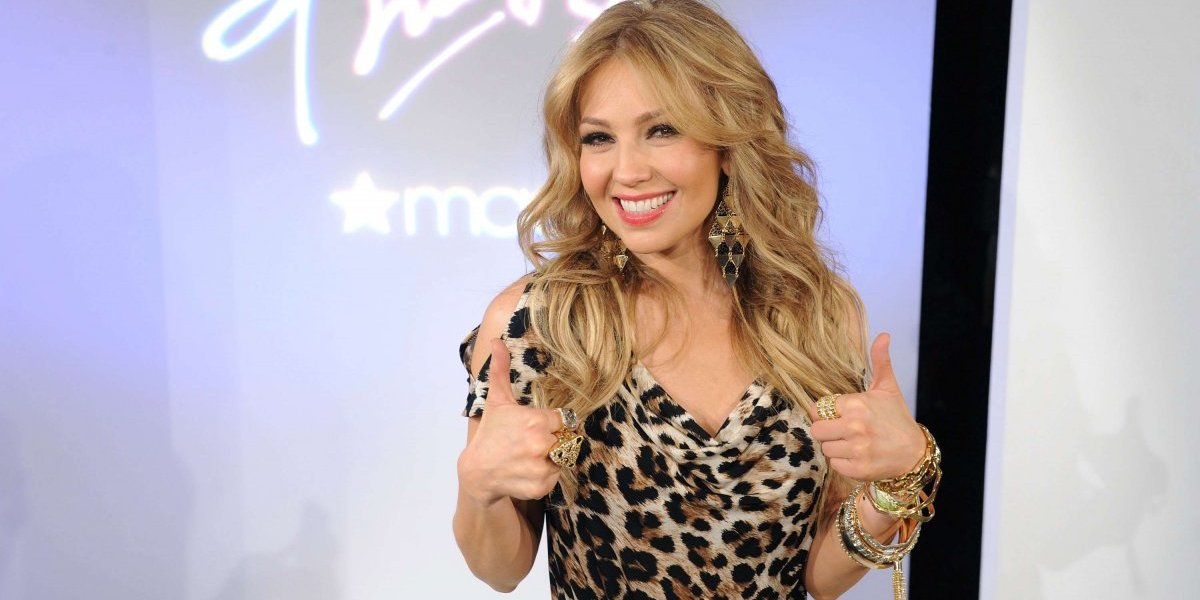 Por esta foto critican a Thalía de usar faja con relleno