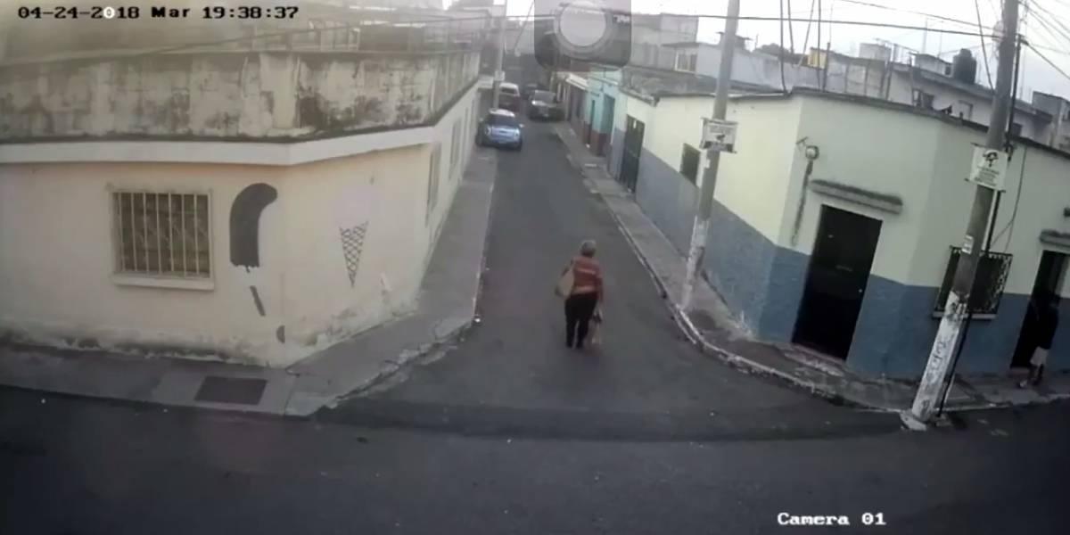 VIDEO. Repudian robo en zona 6 a una mujer que fue embestida por la espalda