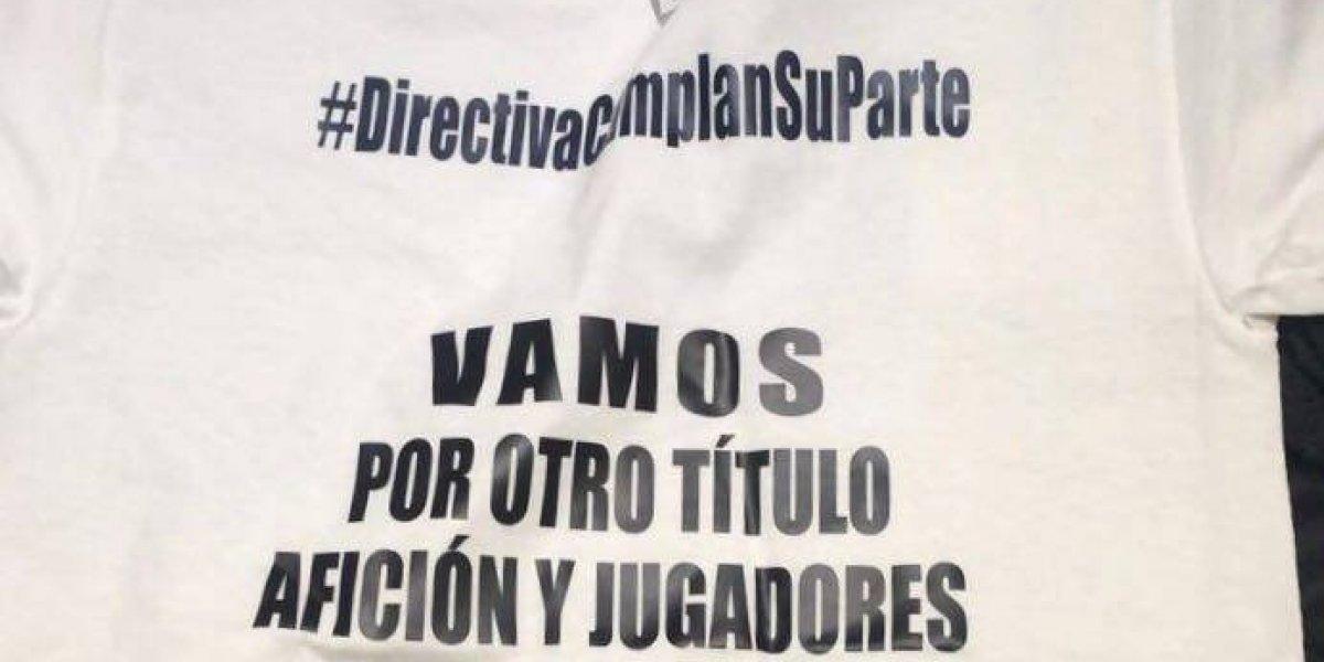 Jugadores de Chivas protestan con playera contra la directiva