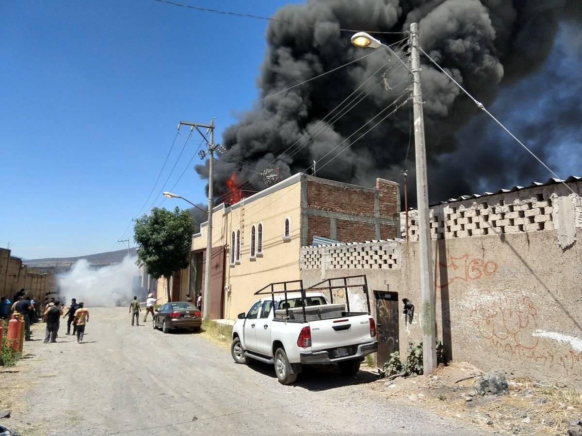 La humareda era visible desde algunas partes del Centro de Guadalajara a casi 10 kilómetros de distancia. FOTO: Bomberos de Tonalá.