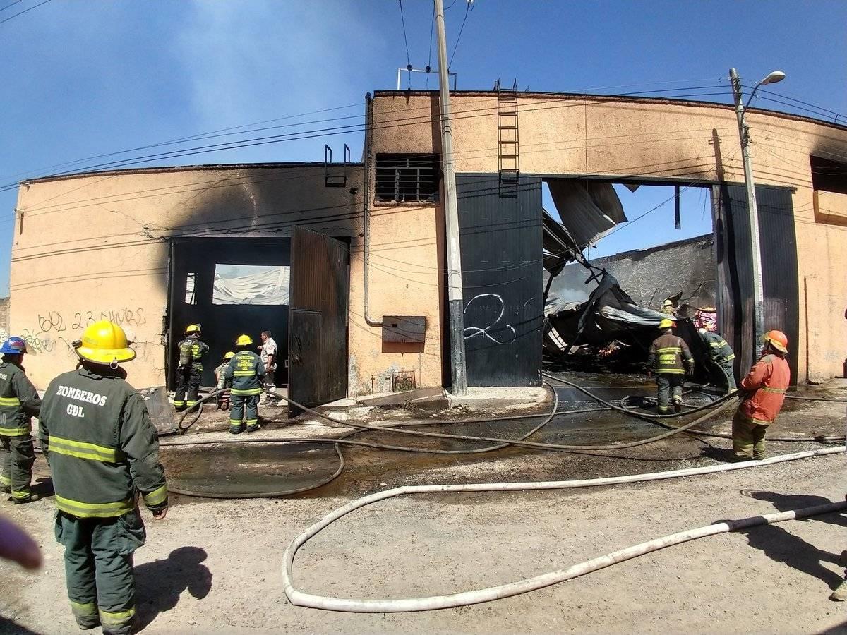 Todo apunta a que el incendio se originó por un cortocircuito. FOTO: Bomberos de Tonalá.