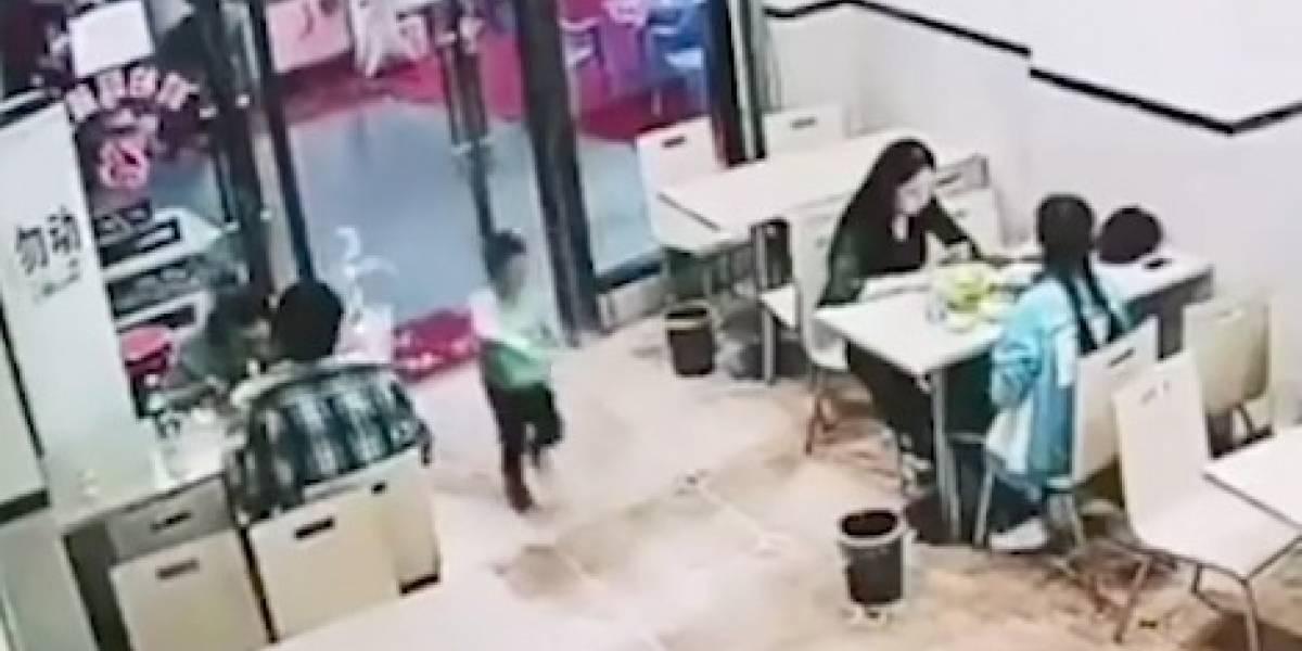 """Se aburrió de ver a un niño jugando y realizó la más despiadada acción: así es el video de la """"embarazada malvada"""" que es furor en redes sociales"""