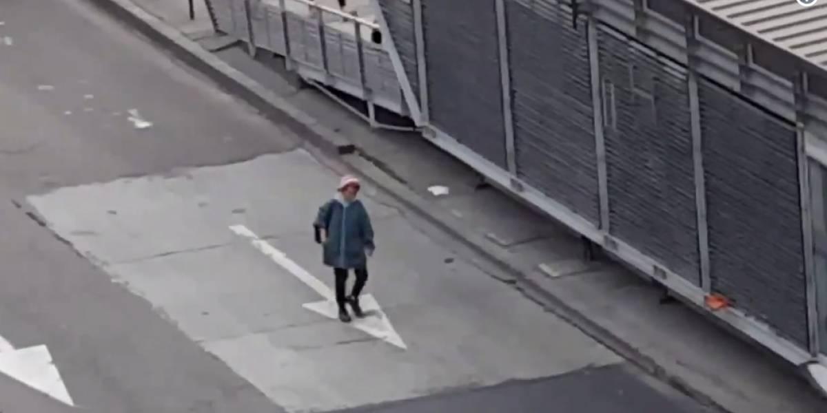 Sin temor a nada joven decide caminar por la vía de TransMilenio para colarse