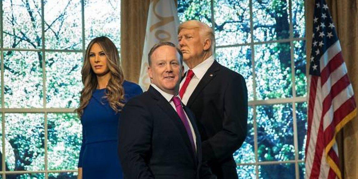 Ex vocero de la Casa Blanca reaparece en inauguración de figura de cera de Trump
