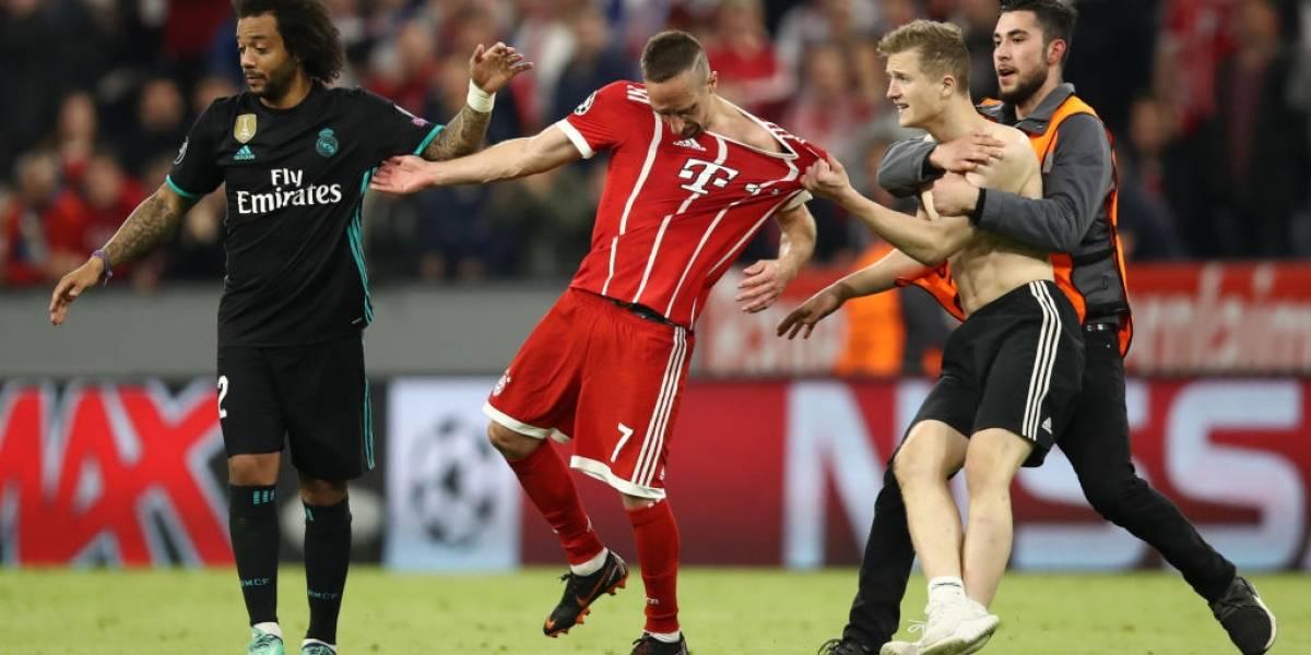 ¡Qué susto, Franck! Ribery fue atacado por hincha que ingresó a la cancha en Bayern-Real Madrid