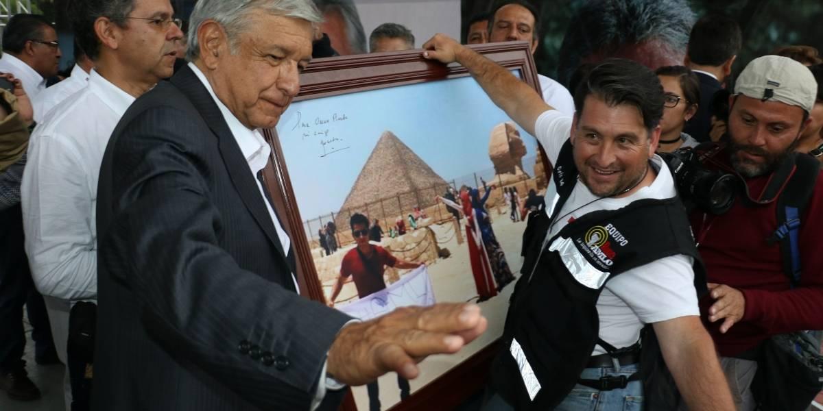"López Obrador pide luchar con memes contra la ""guerra sucia"""