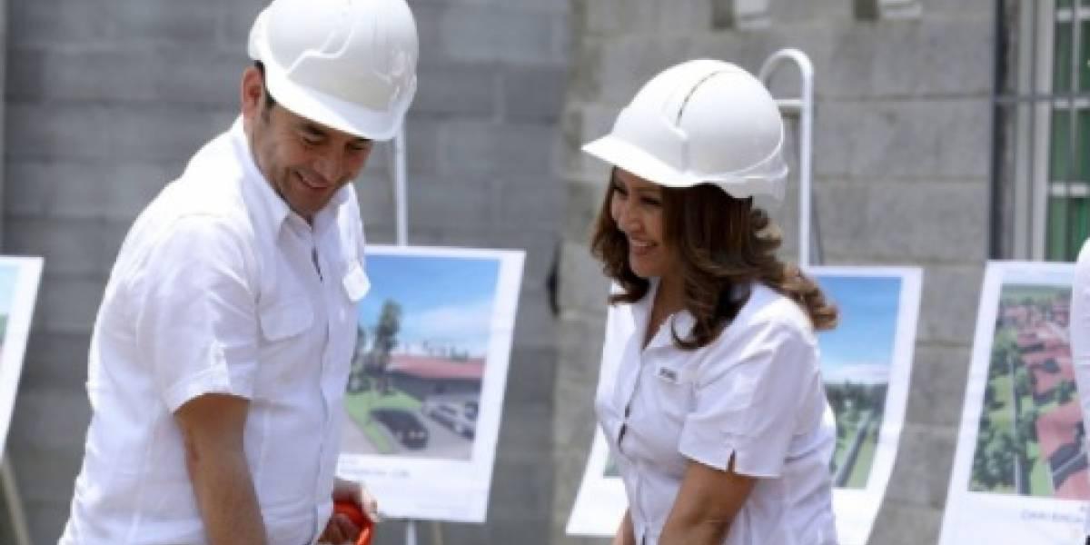"""Presidente Jimmy Morales llena de elogios a su esposa y dice que se """"hizo el difícil"""""""