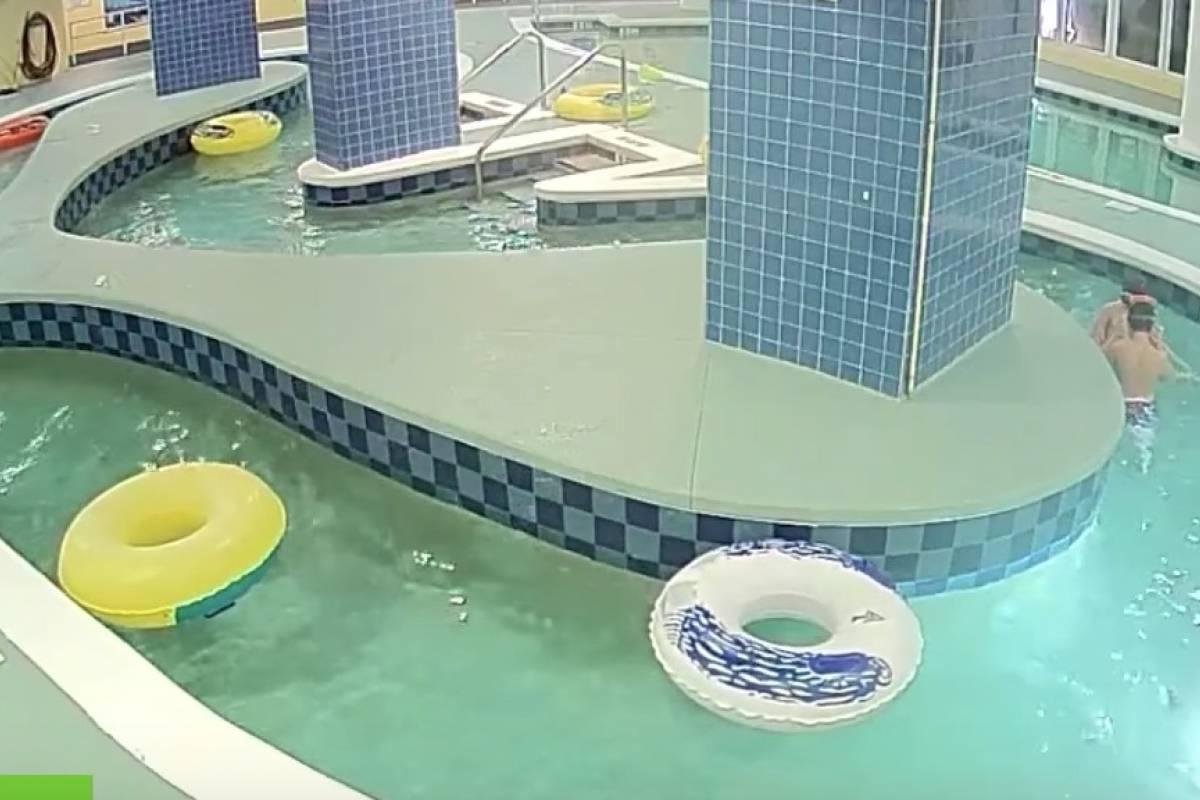 Video ni o es succionado por alcantarilla mientras nadaba for Piscina alcantarilla
