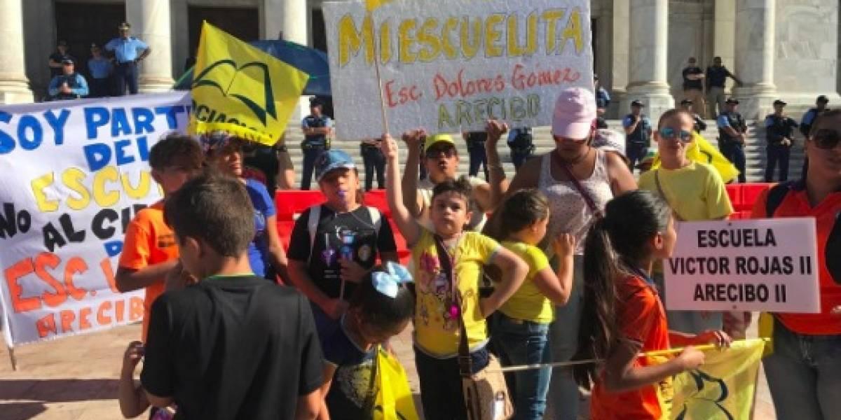 Llegan hasta el Capitolio para repudiar cierre de escuelas
