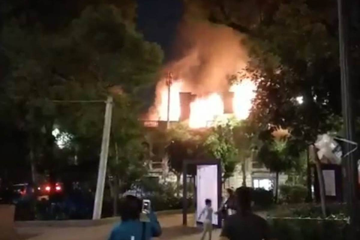 Combaten incendio en Universidad de Londres, plantel Roma