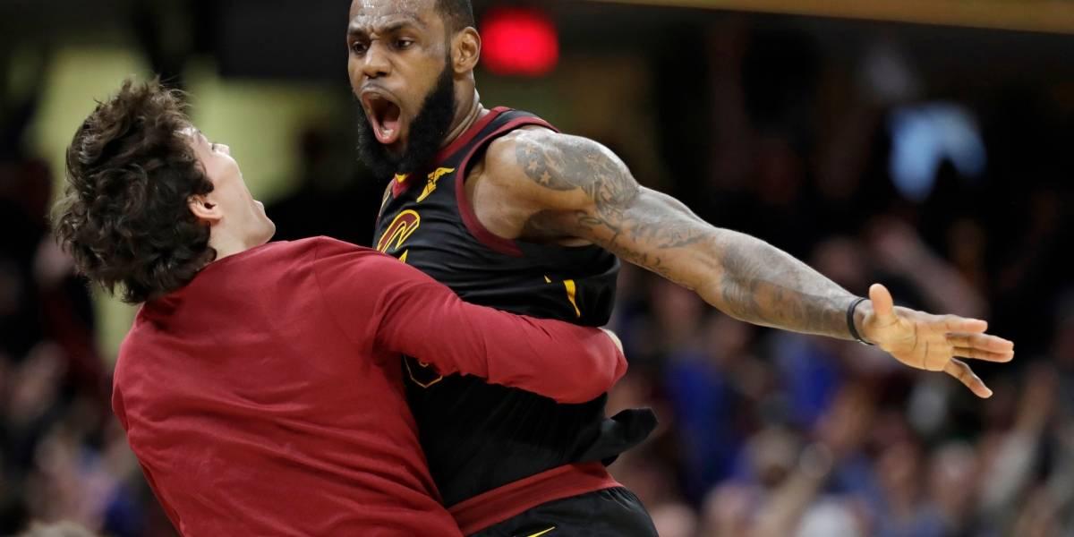 Héroe y figura: LeBron salvó a los Cavs con un triple en el último segundo y los puso en ventaja en los playoffs de la NBA