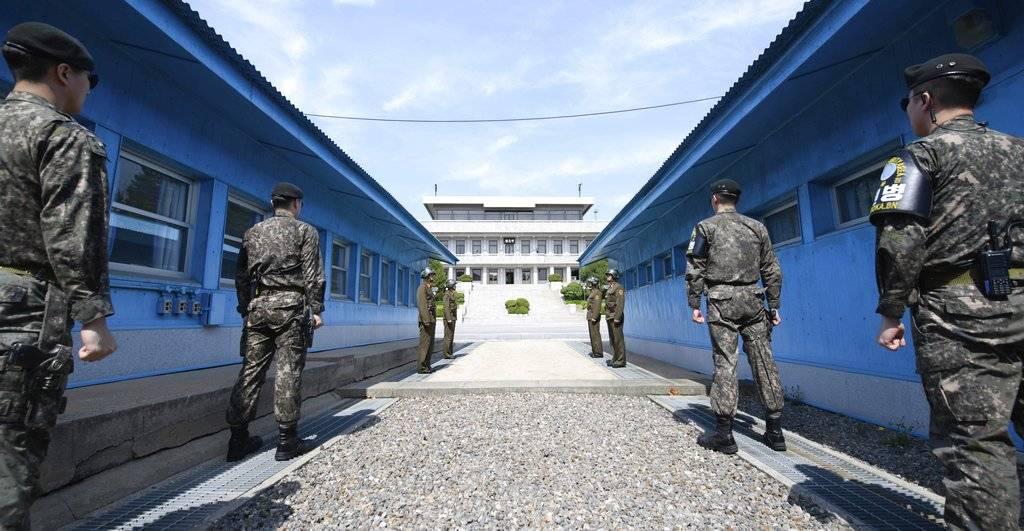 Cuatro soldados norcoreanos (centro-lejos) y cuatro soldados surcoreanos (derecha e izquierda) parados en la aldea fronteriza de Panmunjom en la zona desmilitarizada, Corea del Sur Foto: AP