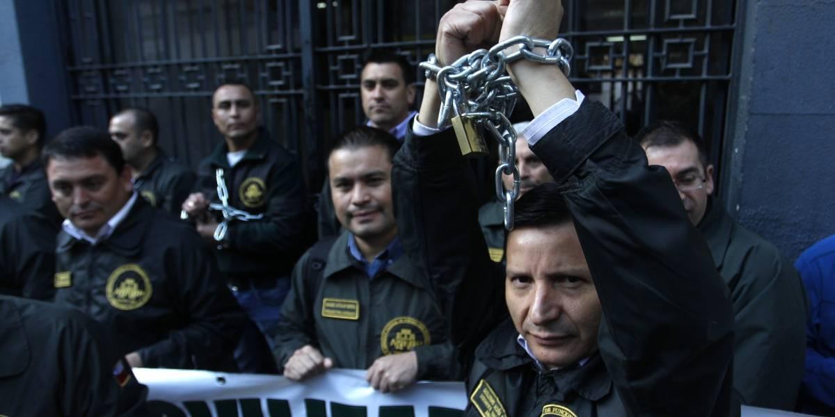 Denuncian que son agredidos por los reos: funcionarios de Gendarmería se encadenaron en Santiago