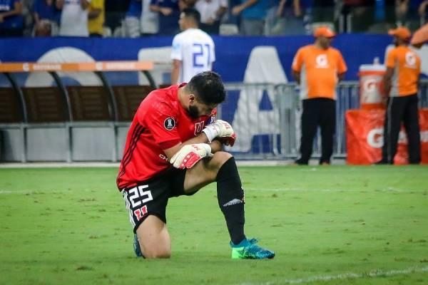 Johnny Herrera simbolizando el sufrimiento de la U en la histórica derrota en Mineirao / Foto: Agencia UNO