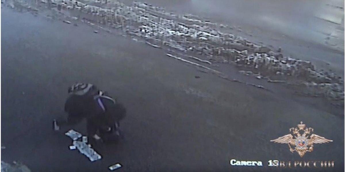 Video de ladrón que deja dinero en plena calle se viraliza en Rusia
