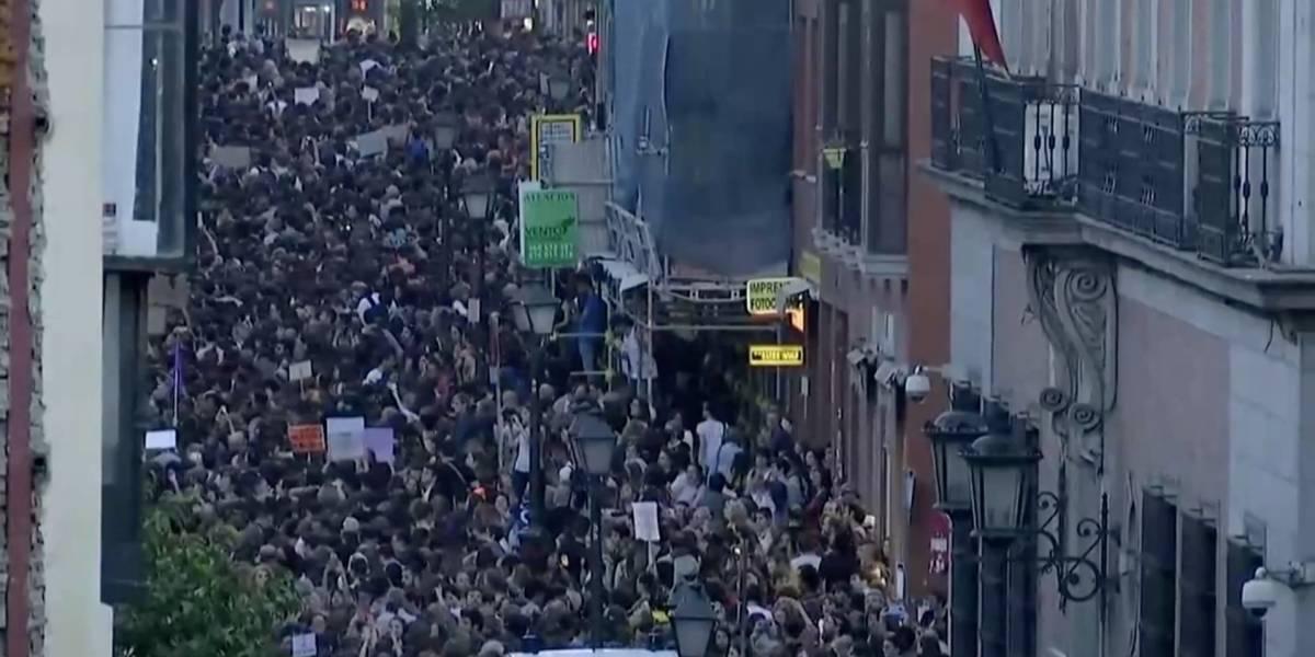"""""""La manada somos nosotras"""": Miles de mujeres se toman las calles de España indignadas por condena a acusados de violación colectiva"""