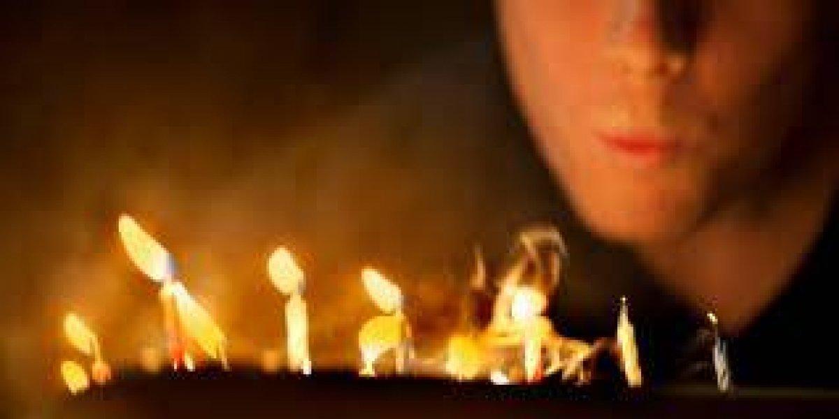 Mujer queda envuelta en bola de fuego tras encender vela de cumpleaños