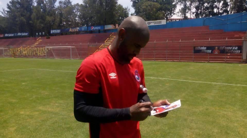 Baloy firma una foto suya