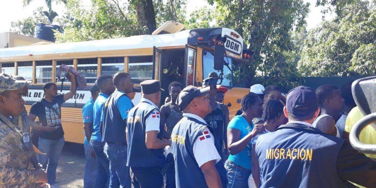 Migración detiene cientos de extranjeros en operativo en Santiago