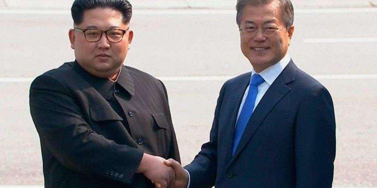 VIDEO. El líder norcoreano Kim Jong Un y el presidente surcoreano se dan la mano en la línea de la frontera