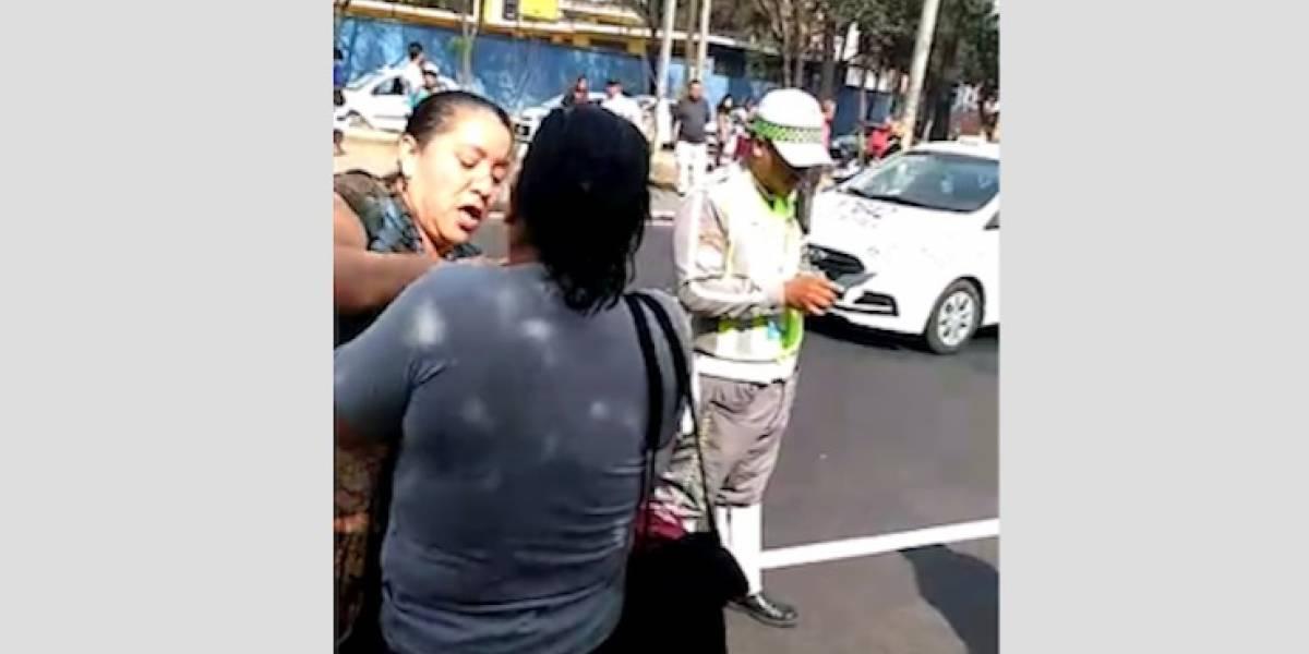 VIDEO. Mujer detiene y forcejea con una persona señalada de robar en buses