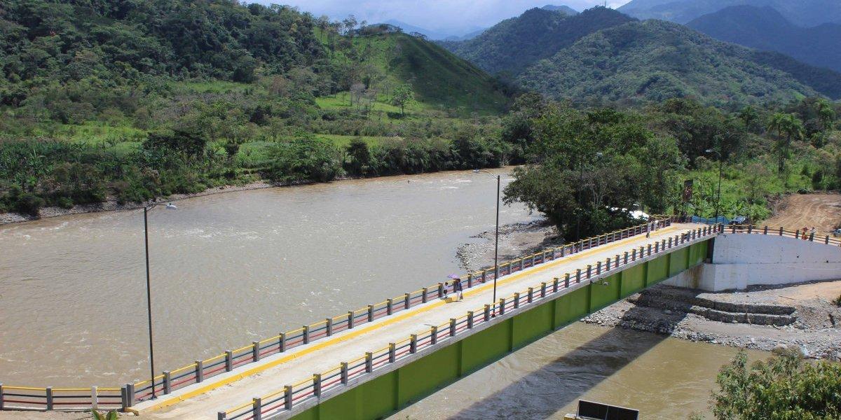 Zamora Chinchipe: Policía rescata a dos personas que cayeron de un mirador