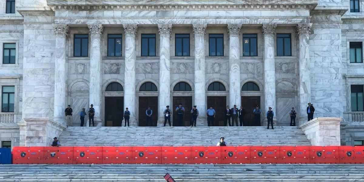 Maestros abrazan un Capitolio vacío