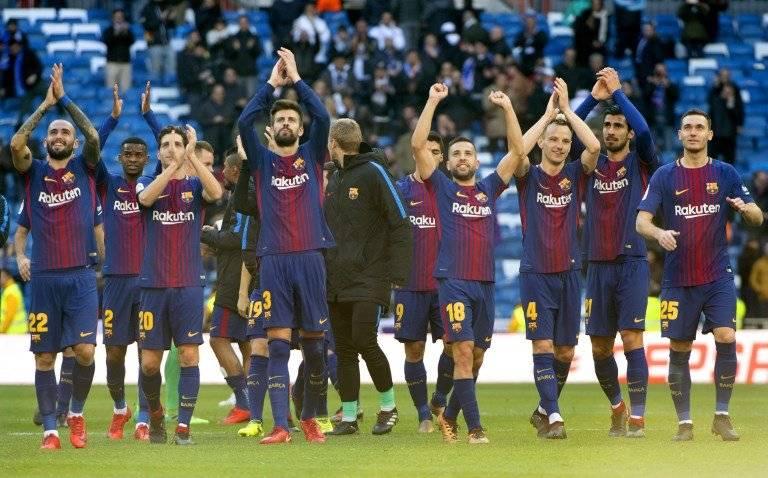 Los jugadores azulgranas saludan a su afición