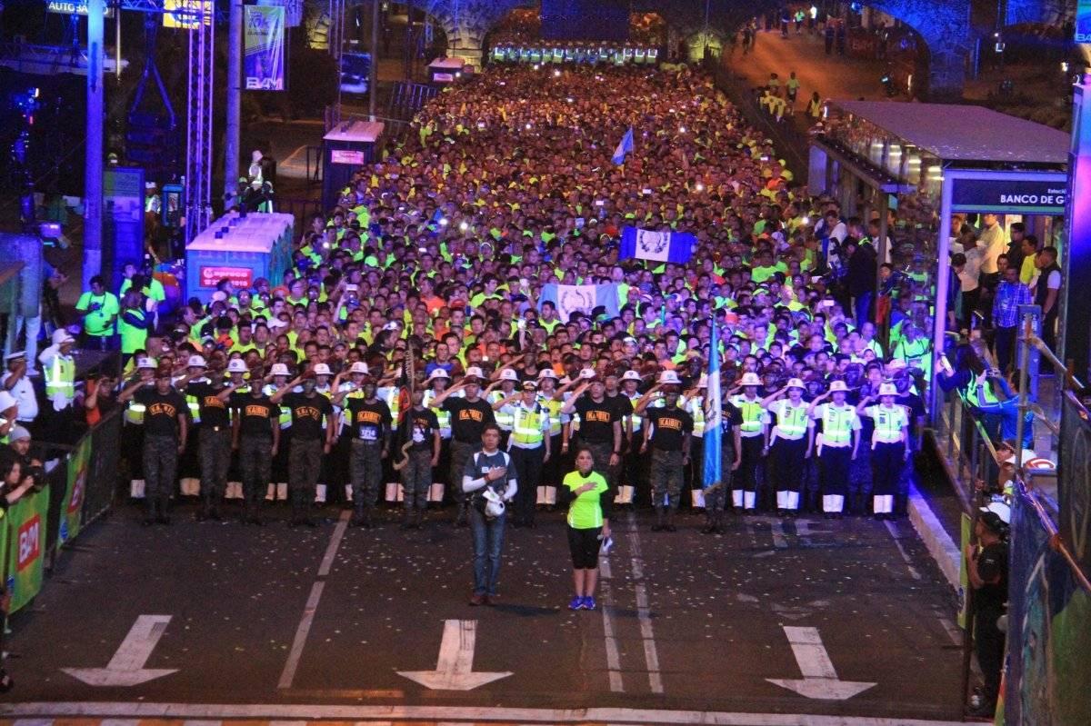 Los corredores cantan el himno nacional antes de iniciar la carrera