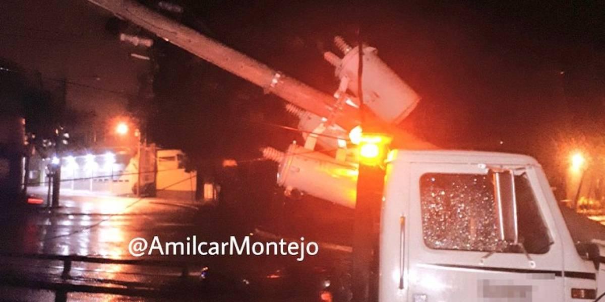 Poste derribado por hecho de tránsito en zona 2 deja el sector sin energía eléctrica
