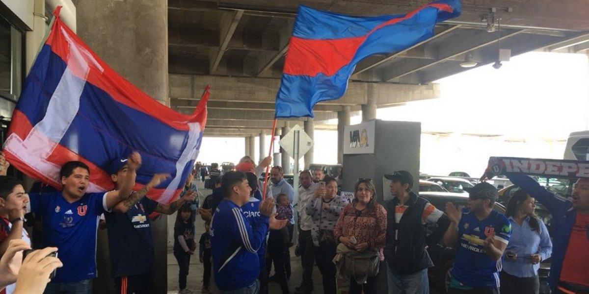 Los hinchas de la U llegaron al aeropuerto a apoyar al plantel y criticar a Heller tras la humillación