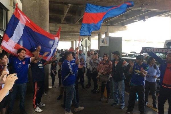 Los fanáticos llegaron hasta el aeropuerto de Santiago / imagen: Diego Espinoza Chacoff-El Gráfico Chile