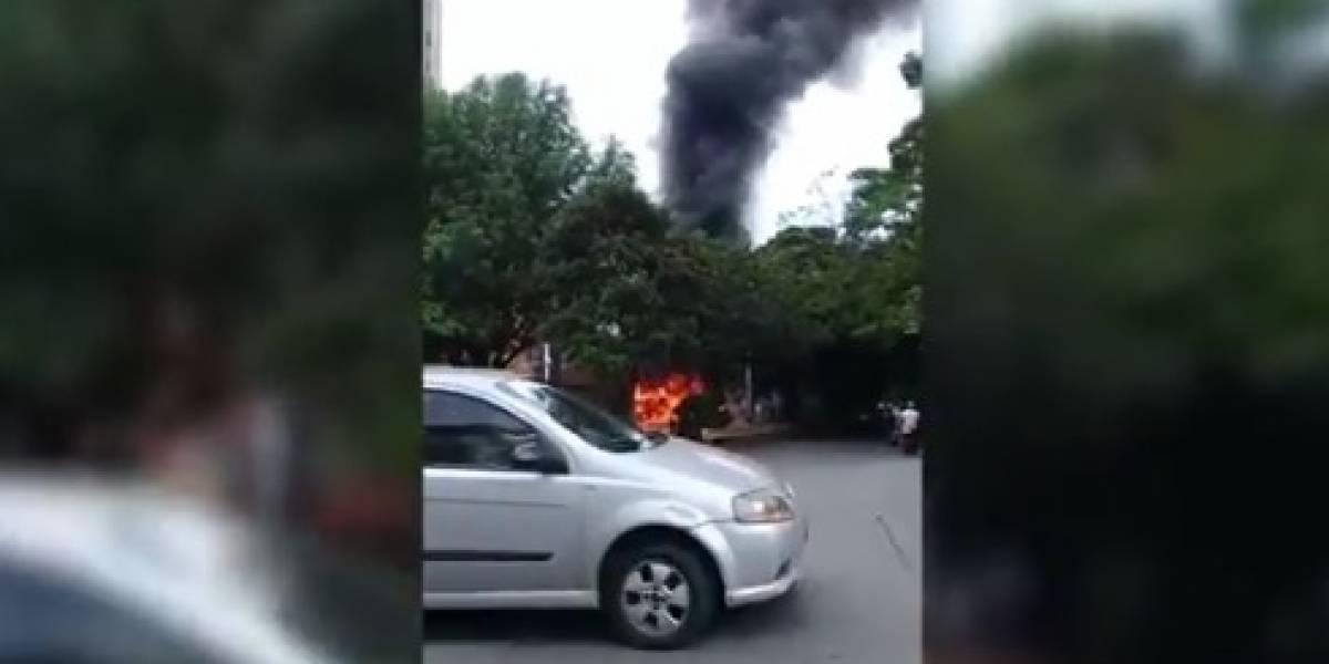 Video: Incineran bús en Medellín en medio de tensión en la Comuna 13