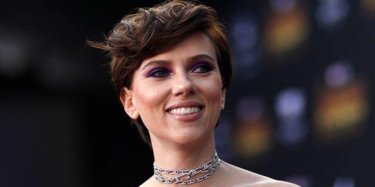 Sorprenden a Scarlett Johansson desnuda en un avión