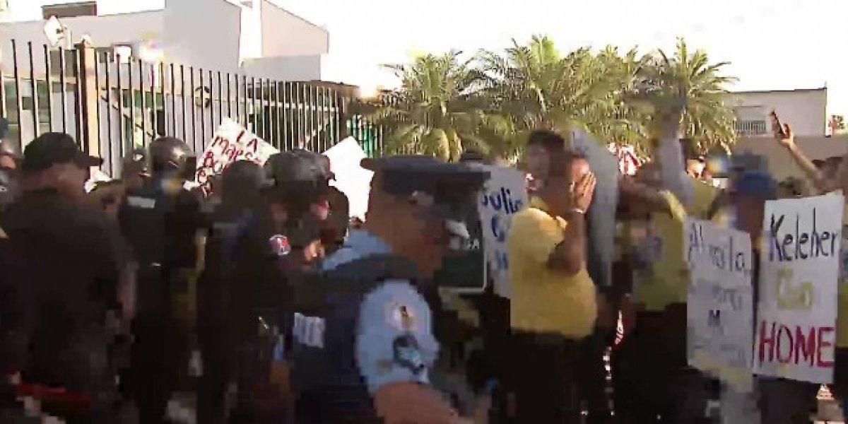 Encontronazo entre policías y manifestantes frente a Educación