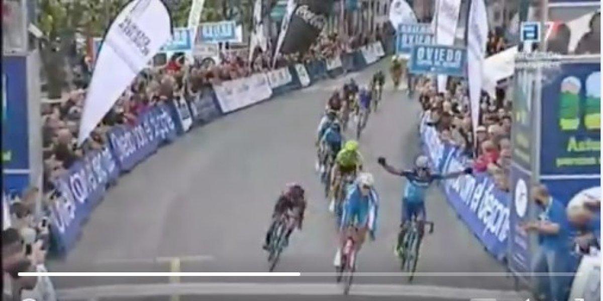 Jonathan Caicedo pierde la primera etapa de Vuelta a Asturias por celebrar antes de llegar a la meta