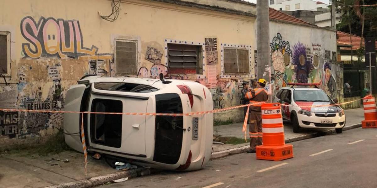 Carro capota durante racha no centro de São Paulo