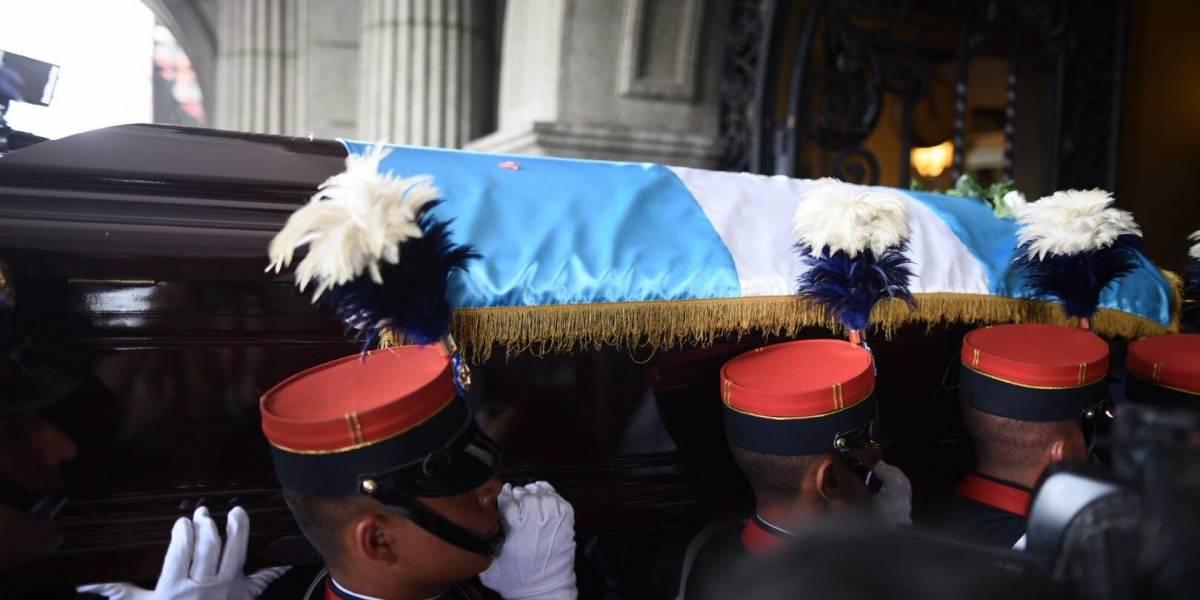 Ciudadanos acuden al Palacio Nacional para despedir al expresidente Arzú