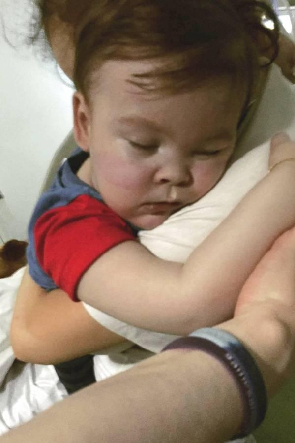 Alfie Evans abraza a su madre Kate James en el Hospital Alder Hey, Liverpool, Inglaterra.