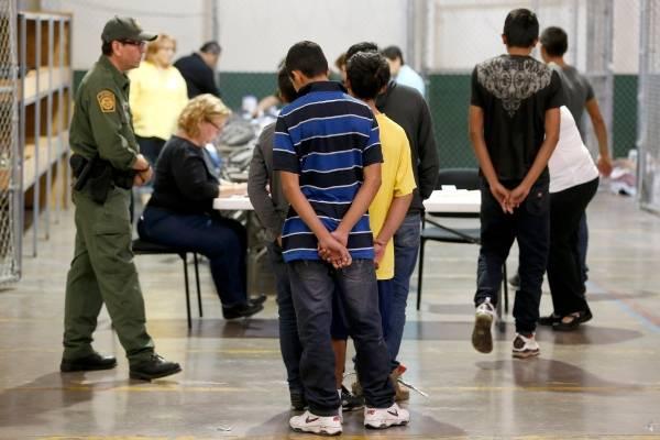 Cientos de menores, en su mayoría centroamericanos, están retenidos en el centro de la agencia de aduanas y fronteras