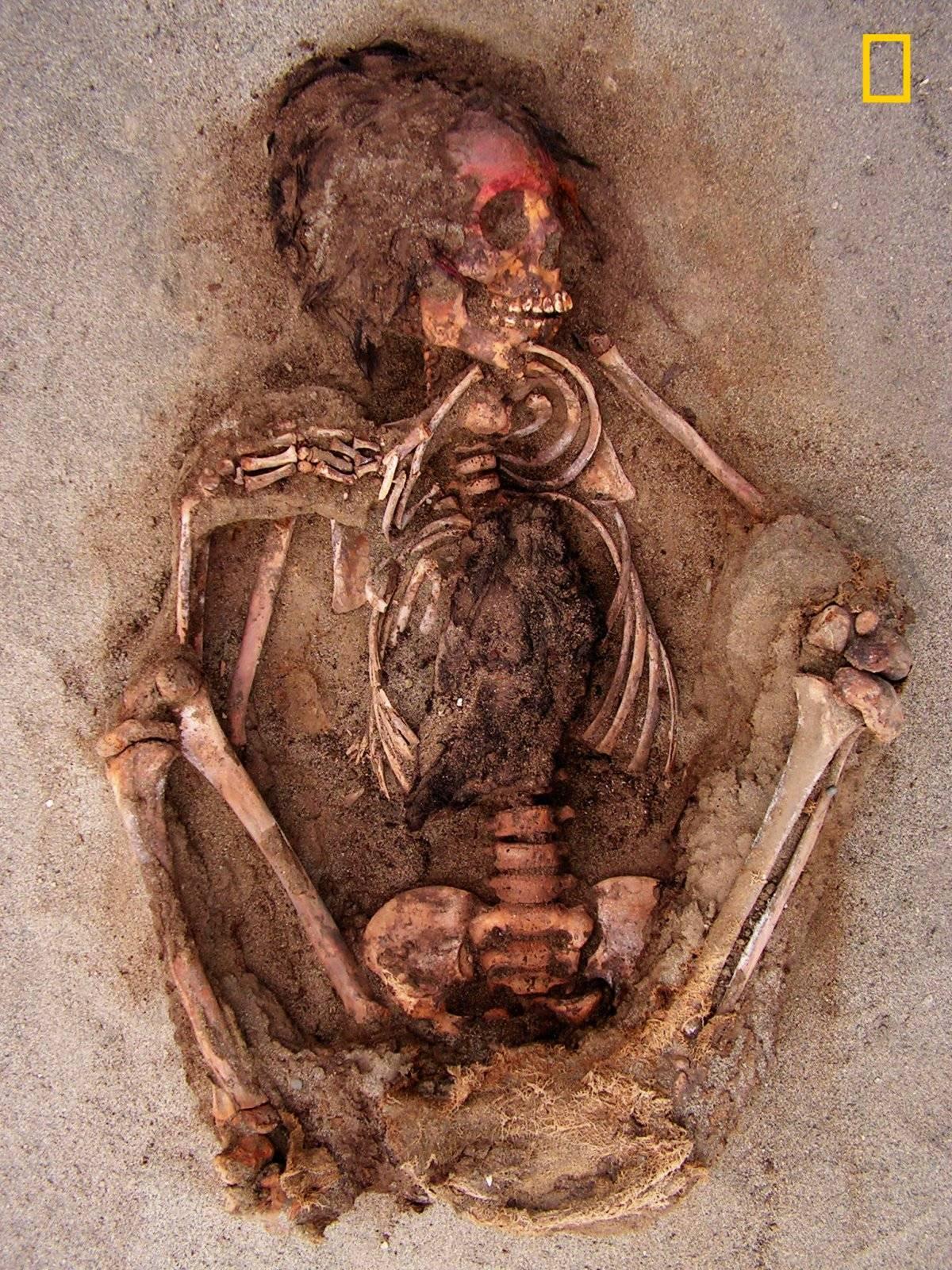 En esta foto del 10 de mayo de 2011 que fue proporcionada por National Geographic, se muestra como la cara de un niño fue pintada con una sustancia roja que contenía cinabrio en Huanchaquito-Las Llamas cerca de Trujillo, Perú.