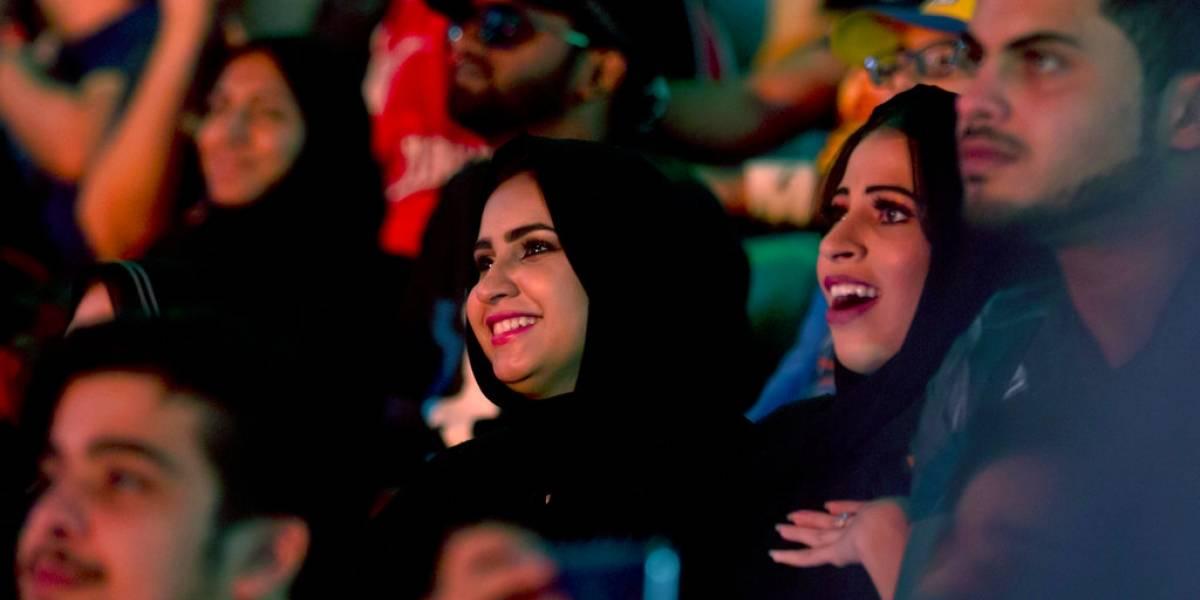 Por primera vez en la historia, mujeres y niños asisten a lucha libre en Arabia Saudita