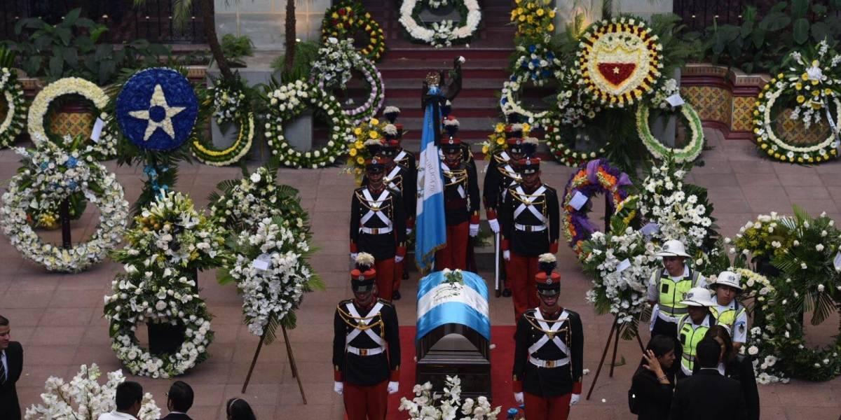Con lágrimas y con arreglos florales, despiden al alcalde Arzú
