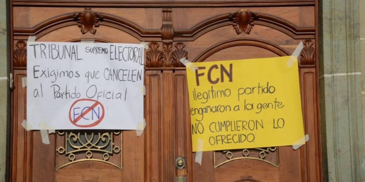 Manifiestan frente al TSE y piden cancelar a FCN-Nación