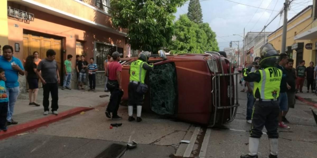 Seis adultos y un niño resultaron heridos en accidente de tránsito en zona 1