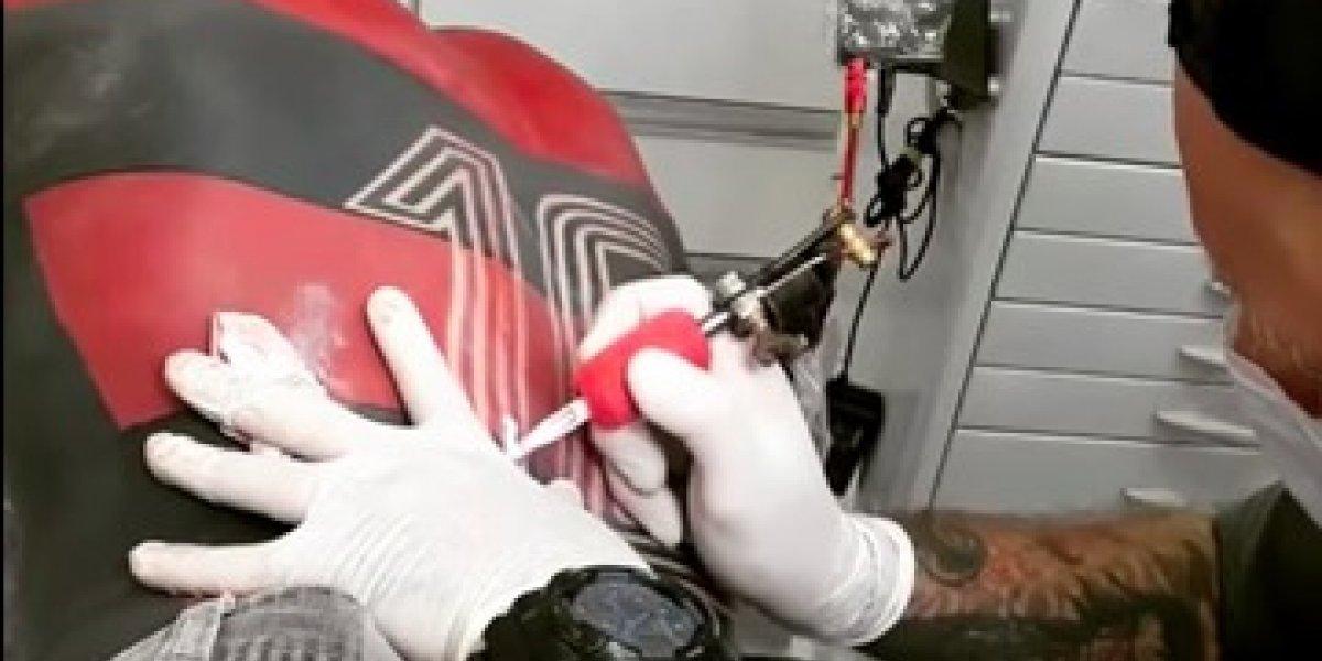 VIDEO: Aficionado se tatúa jersey completo de su equipo