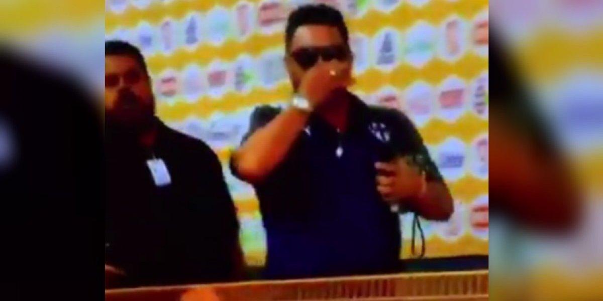 VIDEO: Antonio Mohamed se tapa la nariz al llegar al Volcán